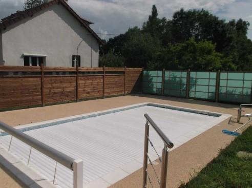 plage de piscine avec panneaux bois